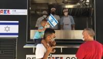 CONSULADO DE ISRAEL PROMOVE AÇÃO SOCIAL E DISTRIBUI COMIDAS TÍPICAS COM UM FOOD TRUCK SOLIDÁRIO EM SP